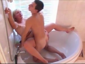 porno-dama-vizvala-santehnika