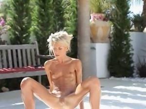 Super flexi slim girl peeing outdoors