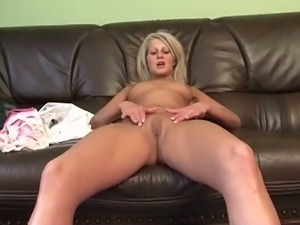 Amateur blonde kelly wells rubs her muff