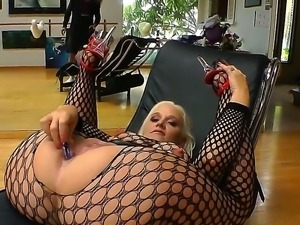 Blonde horny bitch Dee Siren in stockings enjoys inserting a huge dildo in...