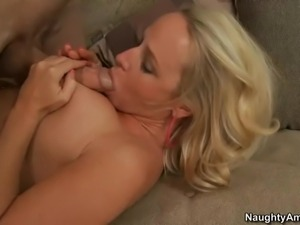 Blonde-haired curvy mom Dee Siren gets wet between her legs