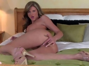 Daisy Lynn spends evening in the bedroom masturbating naked in