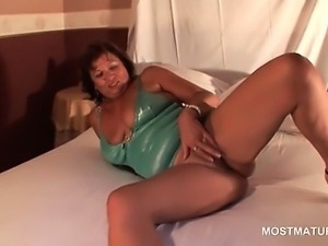 Pussy masturbation video with sexy mature lady on heels