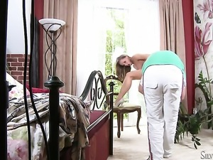Silvia Saint reaches satisfaction using nothing but her dildo