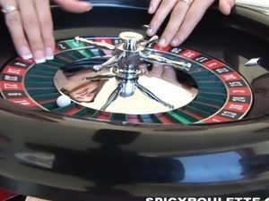 7 amateurs playing Spicy Roulette game by the pool