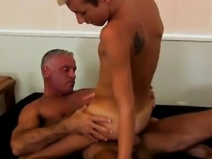 Gay porn This super-sexy and beefy hunk has the wonderful yo