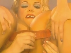 Jenna Jameson dildos and fingers her lover's cunt