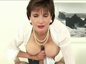 British Lady Sonia titfucks