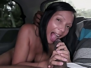 Amateur Colombia hoochie Casandra sucks a huge black dong
