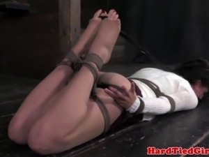 Brunette subs stringent hogtie position