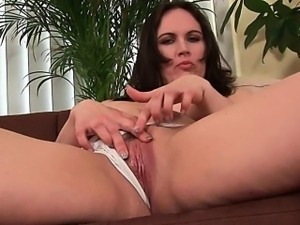 Cock hardening mom gives her mature pussy a treat