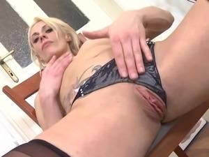 sexy mature bitch masturbates