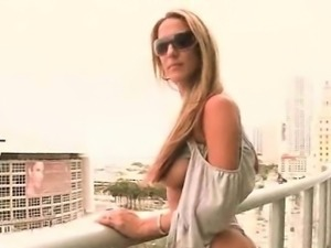 Mommy in sunglasses flashing sexy butt