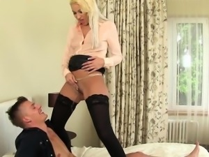 Bizarre slut suck and pee
