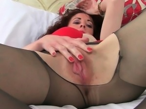 English milf Scarlet loves masturbating in nylon tights