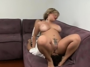 Plump mom like when lick her cunt and anus