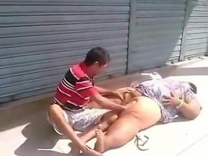 Mendigos transando no meio da rua