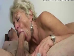 Nonna mi succhia il cazzo