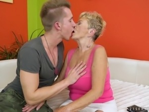 Looks like this granny can ride the cock in a proper way!