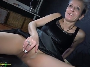 Perverted mature wife Sandra is fucking her pussy on the floor