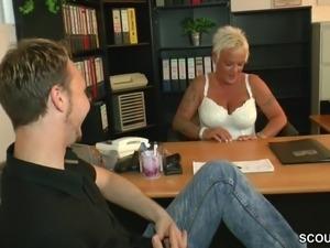 MILF Lehrerin hilf ihm mit einem Fick keine Jungfrau mehr