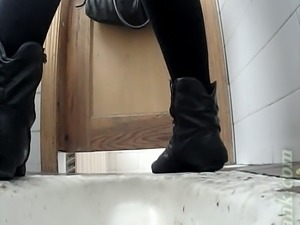Pale skin booty of a white teen chick in the toilet room