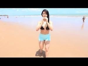 Gostosa malhando e se exibindo na praia