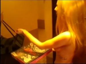 Tępa blondi otwiera dostawcy pizzy topless