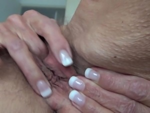 Saggy cougar knows how to make an interesting solo masturbation show