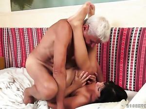 Devilishly sexy stunner milks cum loaded tool of her gent