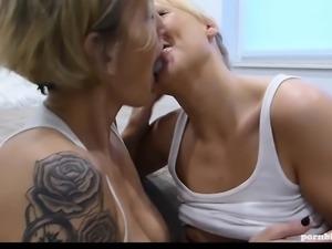 German Milf und ihre blonde Tochter blasen einen Userschwanz