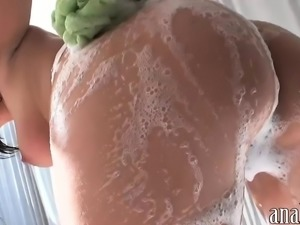 Sexy amateur GF shows off her big ass in soapy bathtub