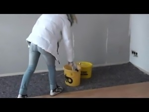 Ossi-Schlampe schifft dem Maler in den Farbeimer!