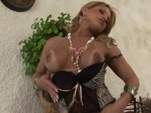 Gorgeous tranny in shinny black boots pleasures herself solo on the staircase