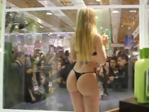 Tremendous young lady with a beautiful butt !