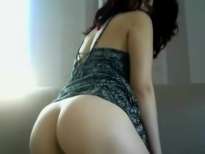 Teen black nympho with round ass does sexy solo scene