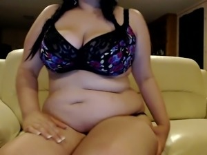 BBW hottie rubs her curvy body with oil while on webcam session with me