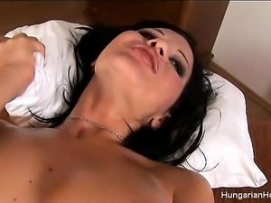 Curvaceous brunette beauty Giovana feeds her hungry pussy a long dildo