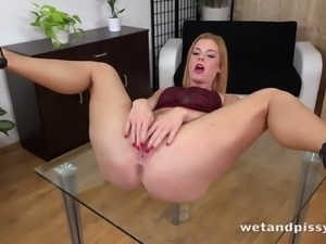 Czech beauty Chrissy Fox has got a banging body and she loves peeing