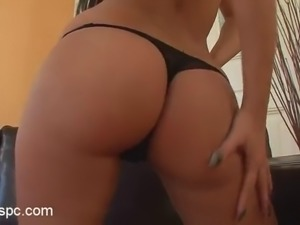 slim brunette babe fists her pussy