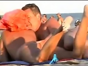 Hot amateur babe has a guy fingering her pussy on the beach