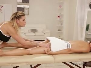 Auburn hottie Jessa Rhodes helps sexy babe to relax with massage