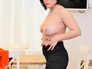 Euro milf Nicol lets us enjoy her curvy body