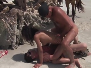 Brunette hussy Druuna Diva gets double penetrated on a beach