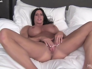 Nude Female Bodybuilder Plays With Her Big Clit & Pussy Lips