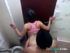 Amateurs fucking in the toilet