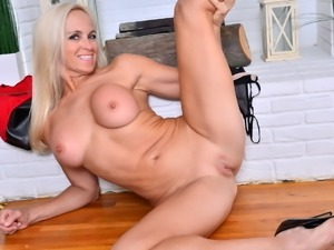 North American hot mature lady Dani Dare