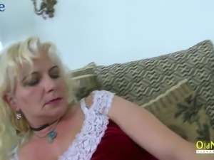 Dirty chunky mature whore Moni has a new dildo to try it on her mature cunt