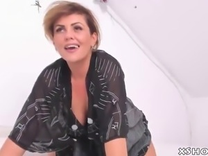 Amateur cougar babe masturbation on webcam show