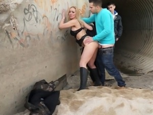Quick and dirty doggystyle sex with the blonde milf is really hot